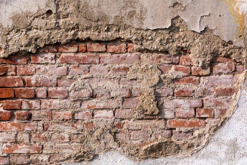Videz la texture rouge très vieille de mur de briques Surface affligée peinte de mur photographie stock