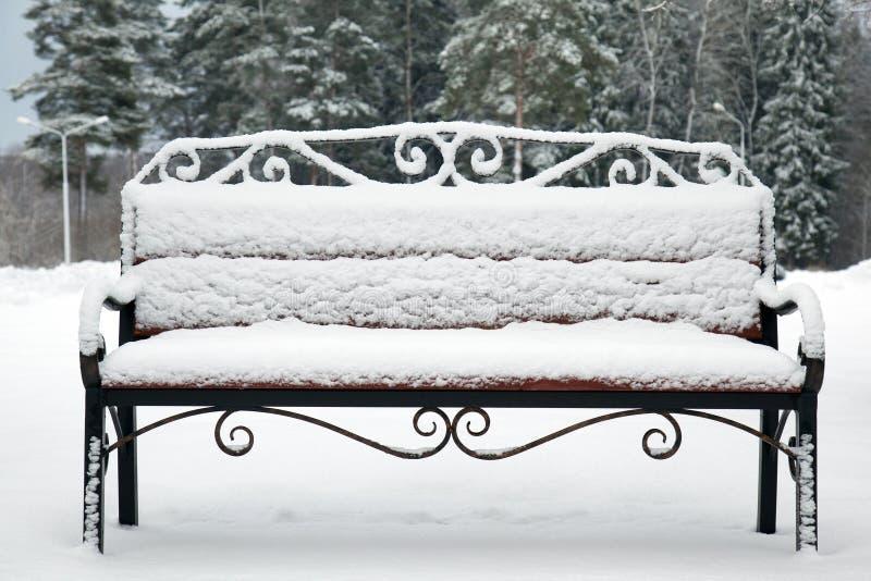 Videz le banc couvert de neige image libre de droits