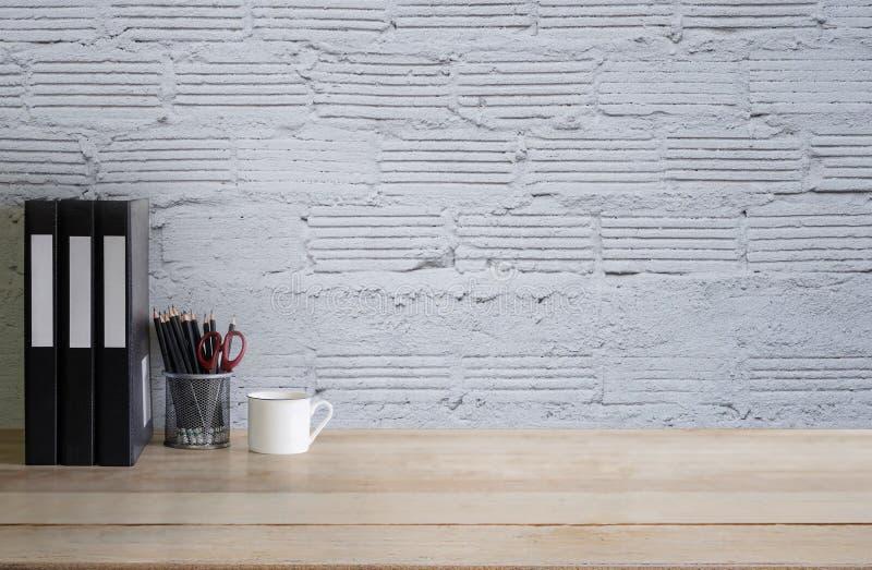 Videz le bureau de bureau de travail avec la tasse, crayon et le dossier documentent un bois images stock