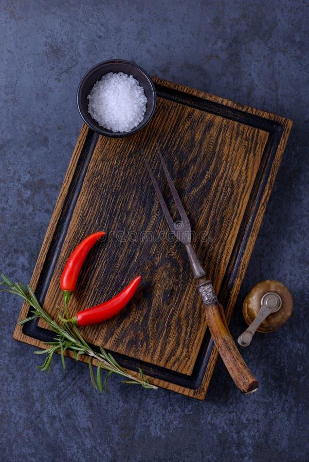 Videz le conseil en bois, le dispositif trembleur de poivre et les herbes et les épices images libres de droits