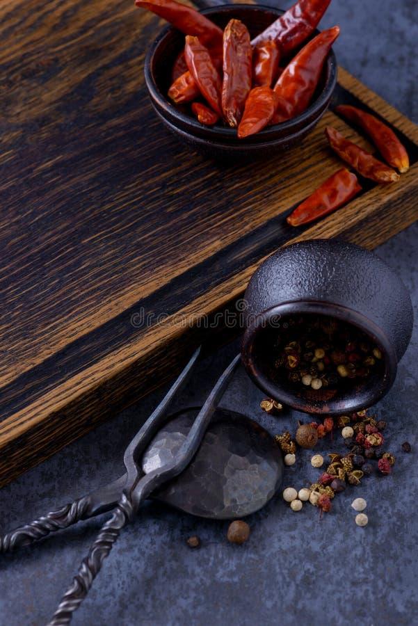 Videz le conseil en bois pour la viande et séchez le poivron rouge photos libres de droits