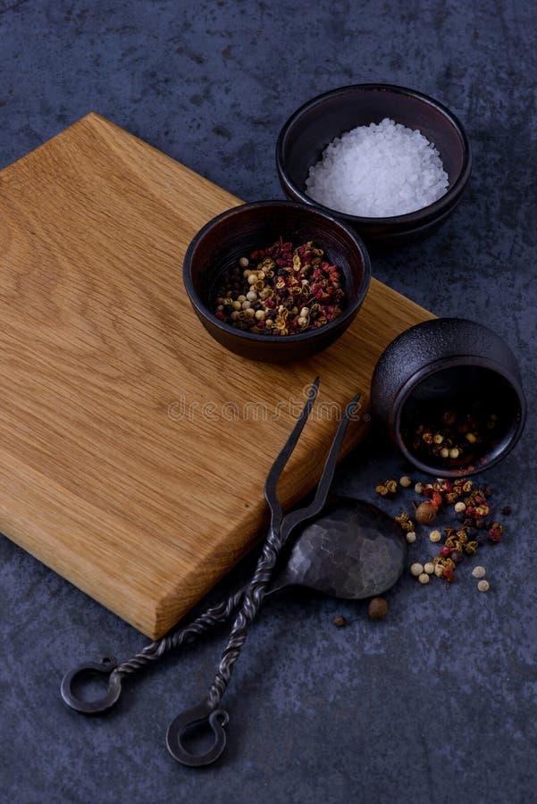 Videz le conseil en bois pour la viande, le sel et le poivre image stock