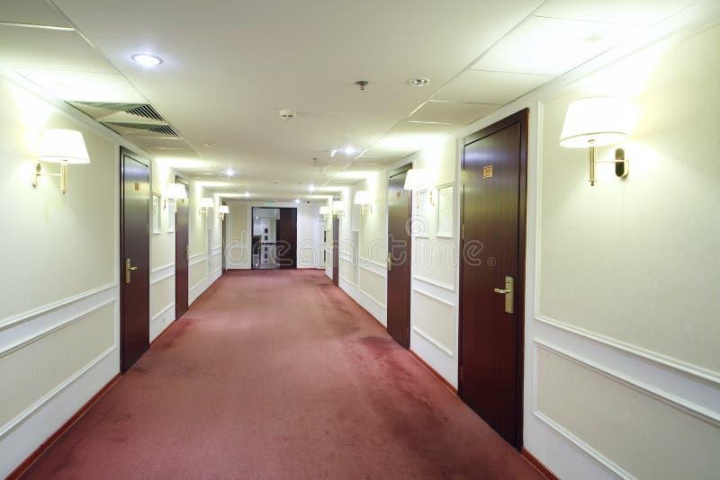 Videz le couloir léger simple avec beaucoup de portes en bois photographie stock