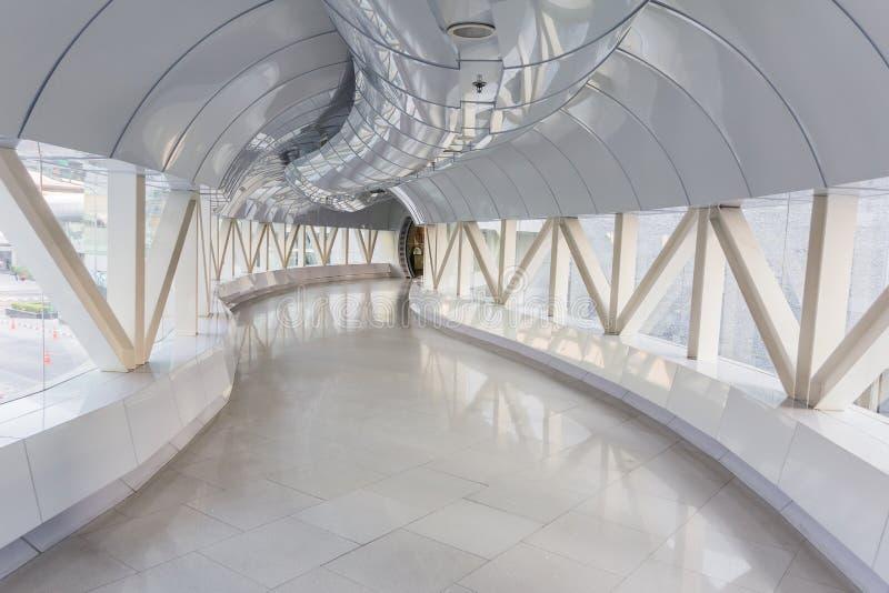 Videz le long couloir dans l'immeuble de bureaux moderne photo stock