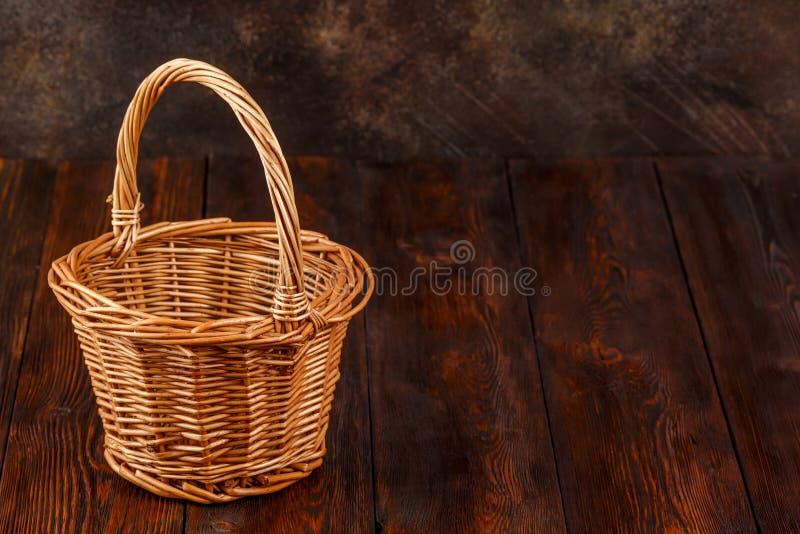 Videz le panier en osier sur le fond en bois avec le copyspace photo libre de droits
