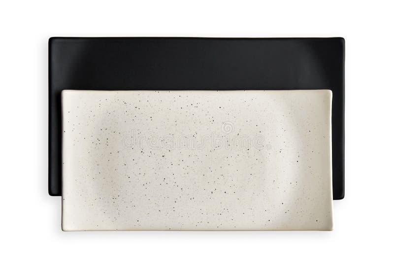 Videz les plats de plats, blancs et noirs rectangulaires de céramique, vue d'en haut d'isolement sur le fond blanc avec le chemin photos stock