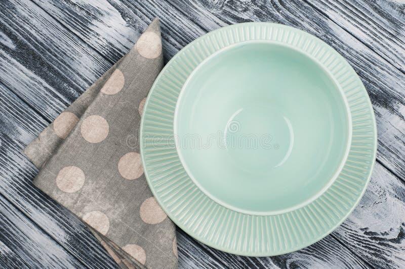 Videz les plats et la serviette bleus au-dessus de la table en bois photos libres de droits