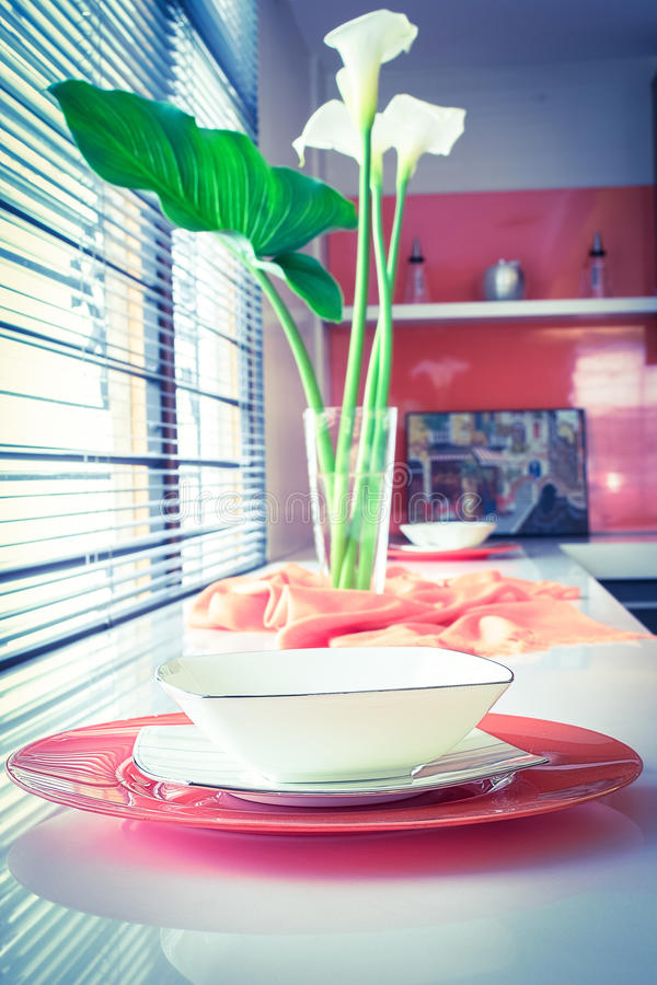 Videz les plats propres, sur la table avec des fleurs photo stock