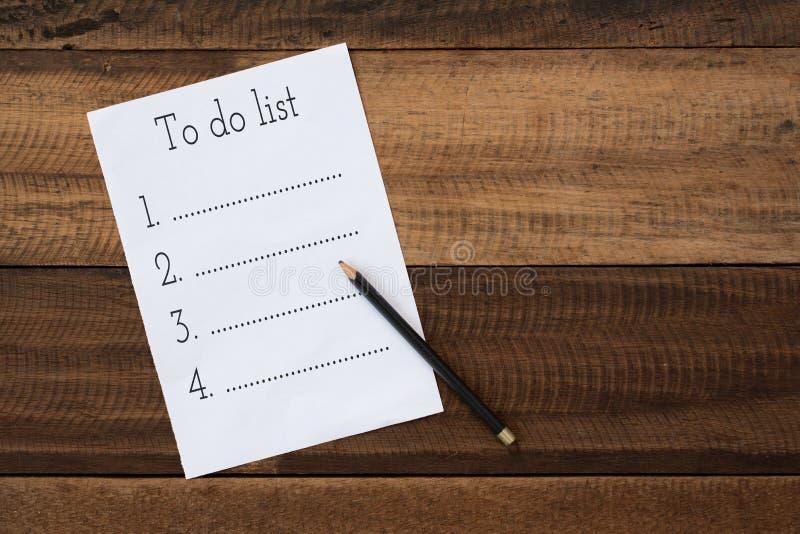 Videz pour faire la liste avec le crayon sur la table en bois image stock