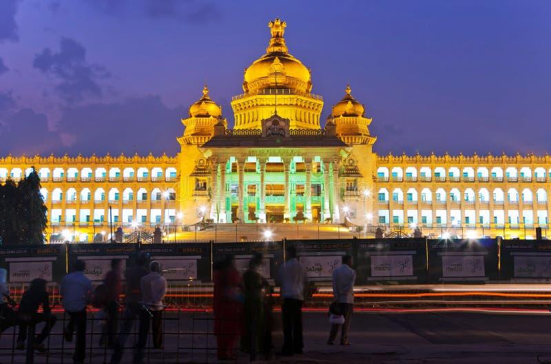 Vidhana发光在晚上的Soudha 库存图片