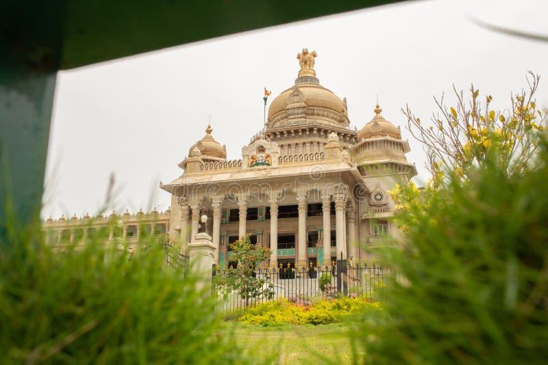 Vidhana Soudha är platsen av Karnatakas lagstiftande församling som lokaliseras i Bengaluru, Indien arkivbilder