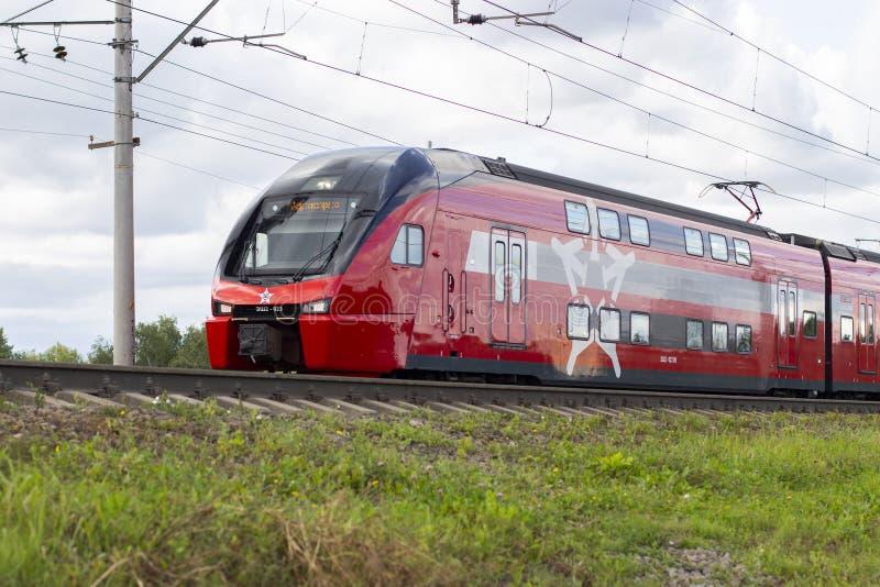 04-08-2019, Vidnoe, Rusland Moderne uitdrukkelijke dubbeldekkertrein, aeroexpress, hoge snelheids openbaar vervoer royalty-vrije stock foto's
