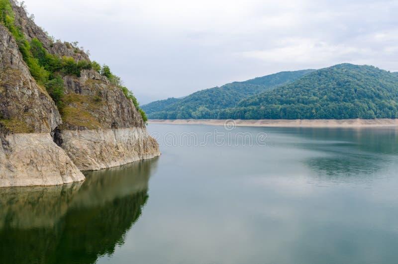 Vidraru See auf Arges-Fluss, Rumänien Hydrostation des elektrischen Stroms lizenzfreie stockbilder