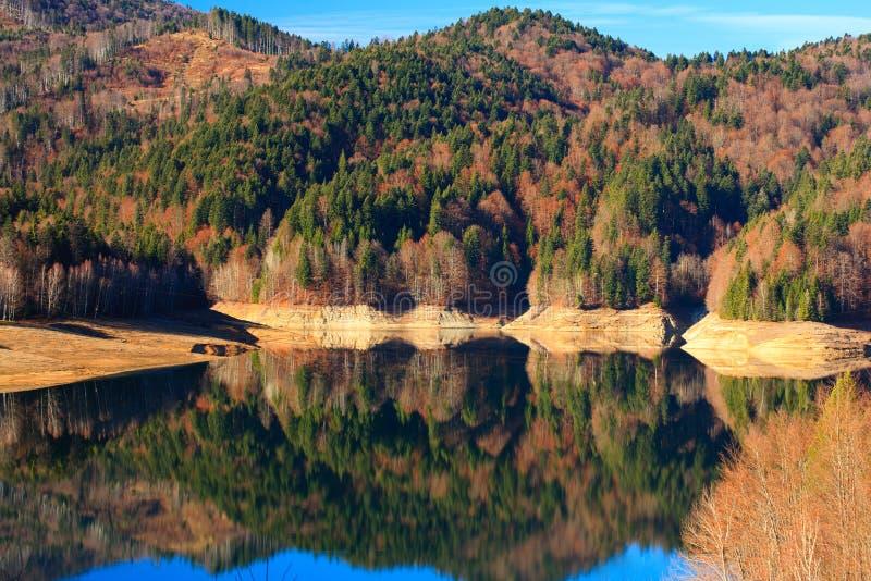 Vidraru See in Rumänien lizenzfreie stockfotos