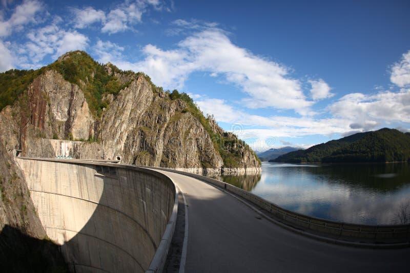 Vidraru tama, jezioro i widok górski, obraz royalty free