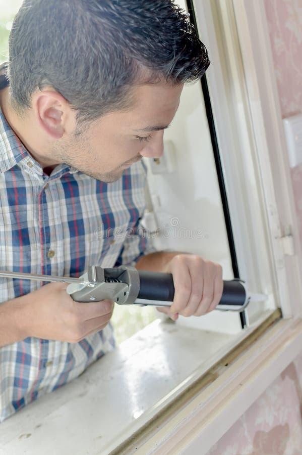 Vidriero que trabaja en ventana imagen de archivo libre de regalías