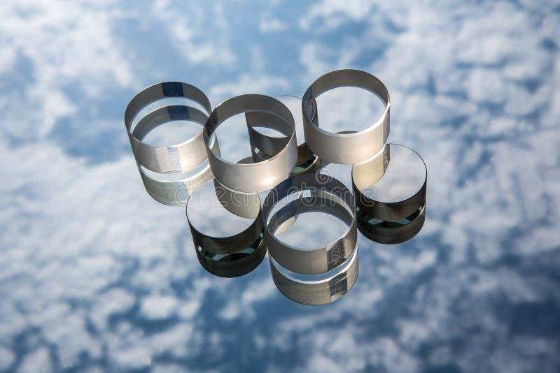 Vidrio óptico contra el cielo azul imagenes de archivo