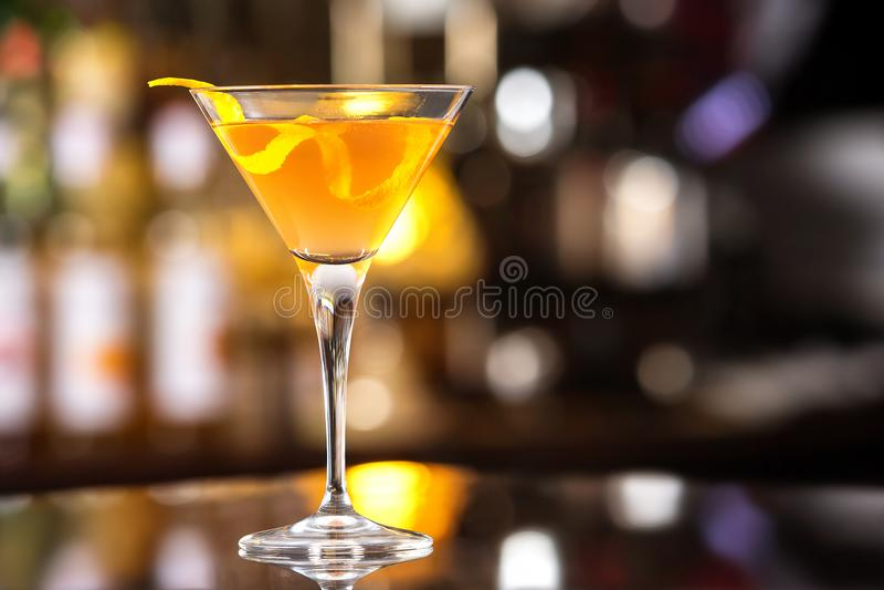Vidrio alto fresco del cóctel tropical con ron y zumo de naranja imágenes de archivo libres de regalías