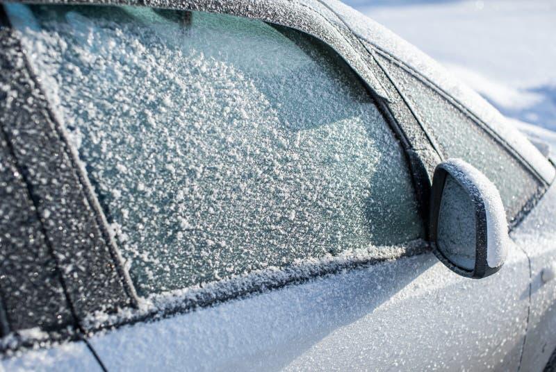 Vidrio automotriz congelado cubierto con hielo imagen de archivo