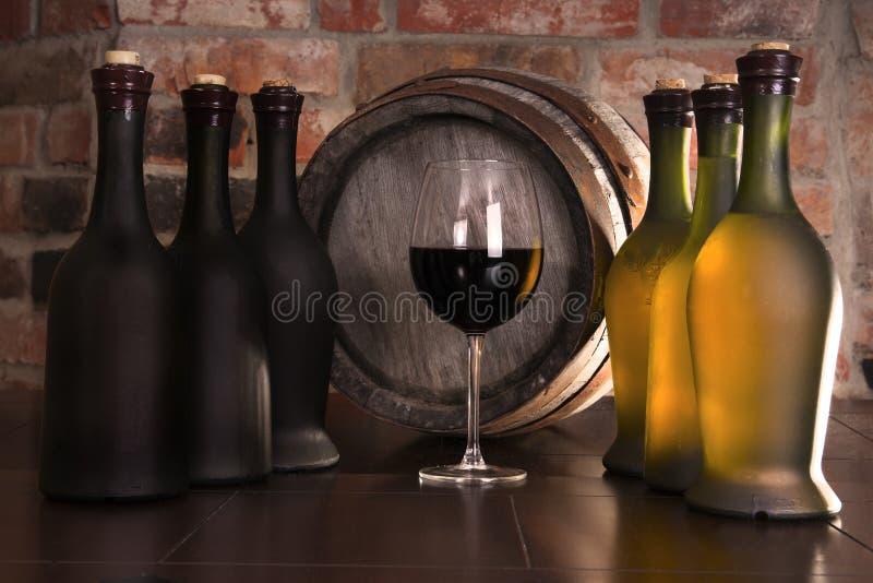 Vidrio, barril y una botella de vino imagen de archivo