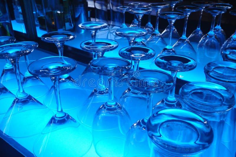 Vidrio con el fondo azul de la iluminación del color imagen de archivo libre de regalías