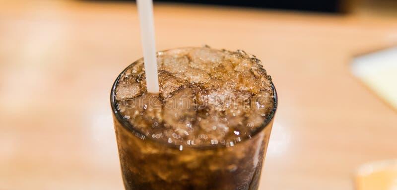 vidrio con el primer de la Coca-Cola y del hielo fotografía de archivo libre de regalías