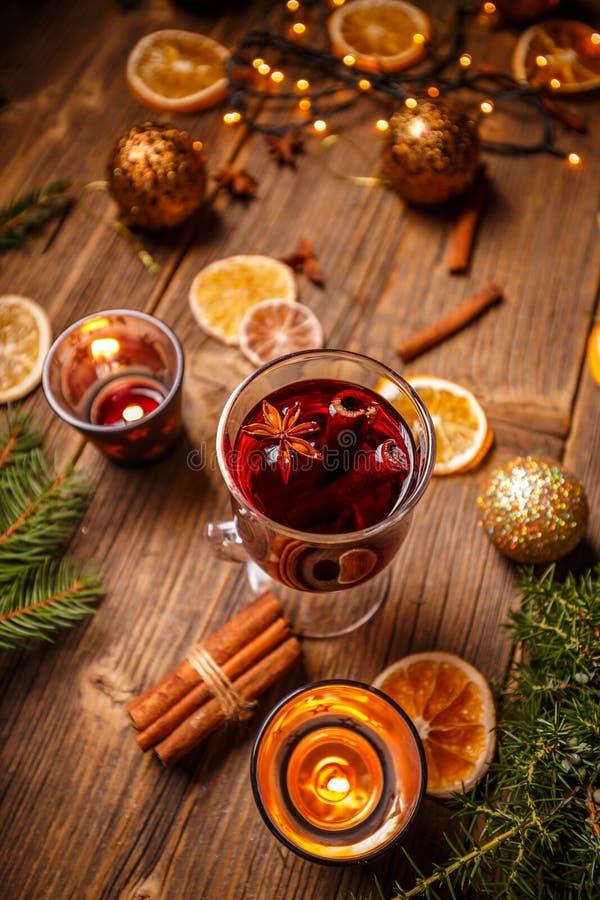 Vidrio con el vino rojo caliente fotografía de archivo libre de regalías