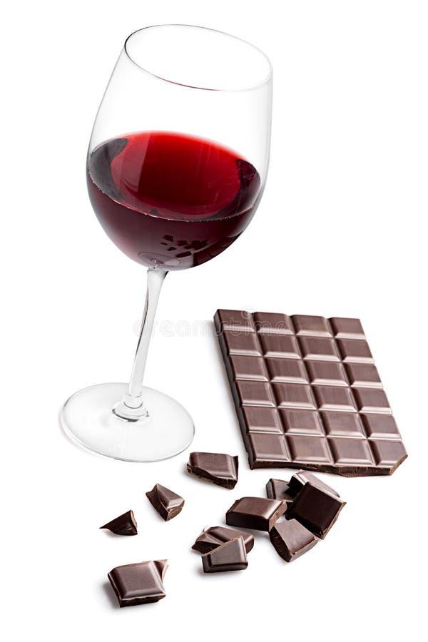 Vidrio con el vino rojo y la barra de chocolate fotos de archivo