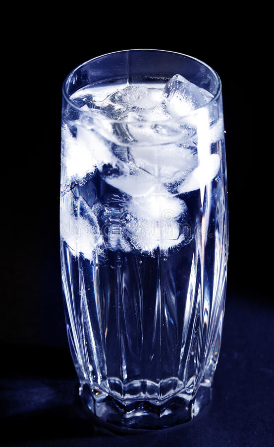Vidrio con hielo foto de archivo