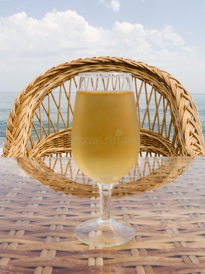 Vidrio con la cerveza fría foto de archivo libre de regalías