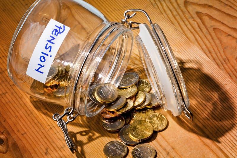 Vidrio con las monedas retiro/pensión de la inscripción imágenes de archivo libres de regalías