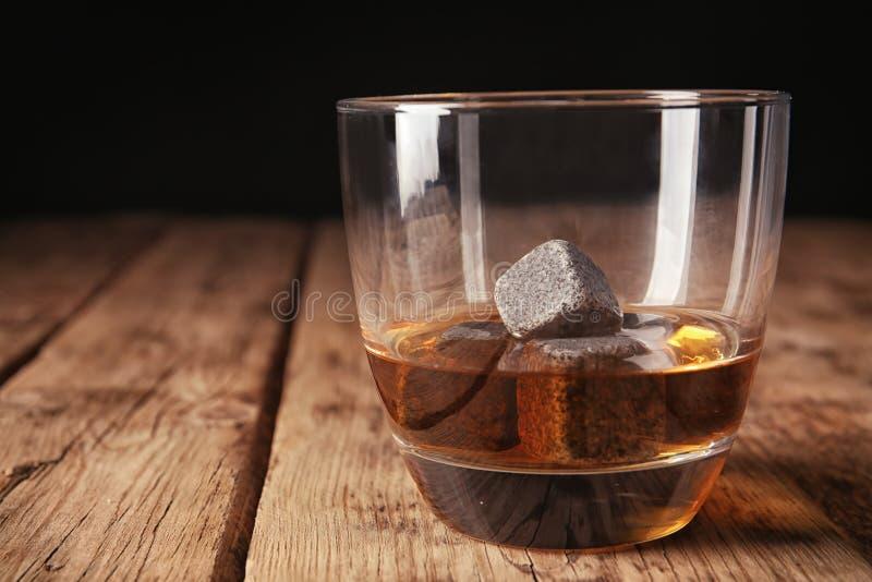 Vidrio con las piedras del licor y del whisky foto de archivo