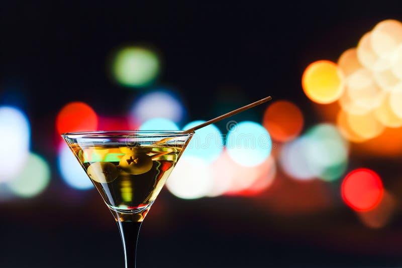 Download Vidrio Con Martini Y Las Aceitunas Verdes Imagen de archivo - Imagen de barra, coctel: 42438967
