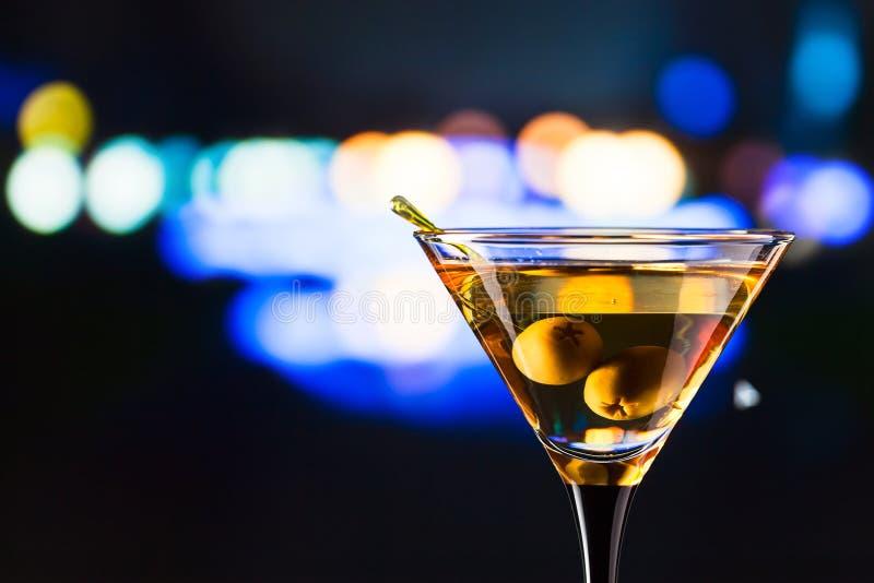 Download Vidrio Con Martini Y Las Aceitunas Verdes Foto de archivo - Imagen de macro, nadie: 42439000