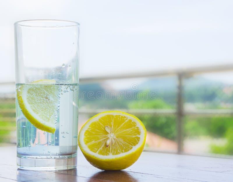 Vidrio de agua con el limón imágenes de archivo libres de regalías