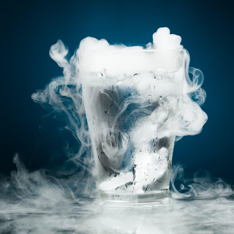 Vidrio de agua con el vapor del hielo fotografía de archivo libre de regalías