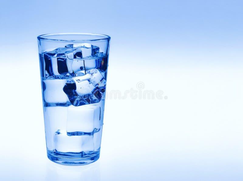 Vidrio de agua con los cubos de hielo imagenes de archivo