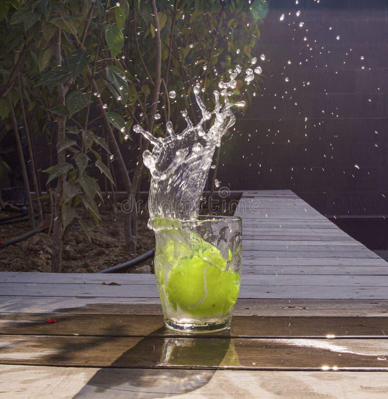 Vidrio de agua con salpicaduras imagenes de archivo