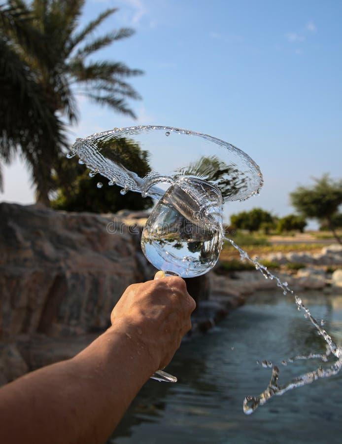 Vidrio de agua con salpicaduras foto de archivo