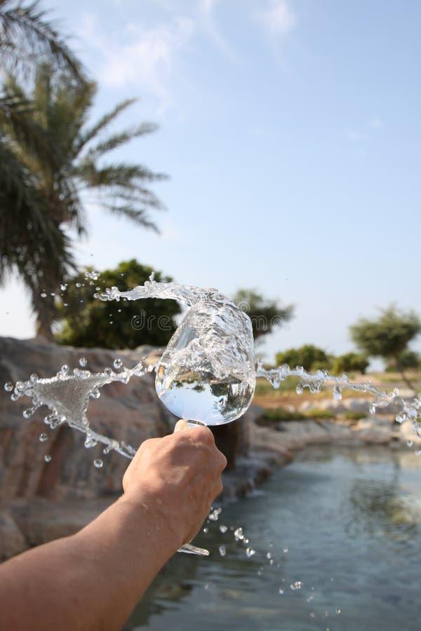 Vidrio de agua con salpicaduras imagen de archivo libre de regalías