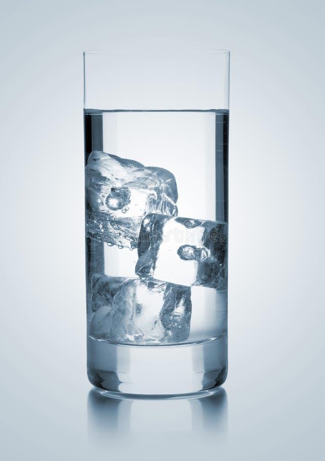 Vidrio de agua con tres cubos de hielo imagen de archivo libre de regalías