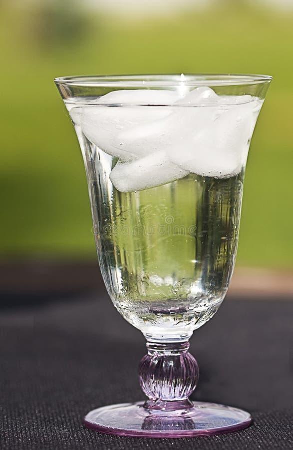 Vidrio de agua de hielo imagen de archivo