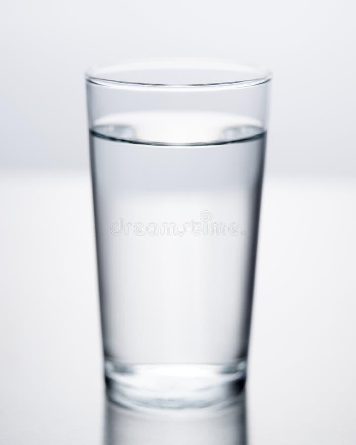Vidrio de agua del foco selectivo llenado de la agua fría imagen de archivo