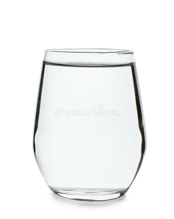 Vidrio de agua fresca limpia en el fondo blanco fotografía de archivo libre de regalías
