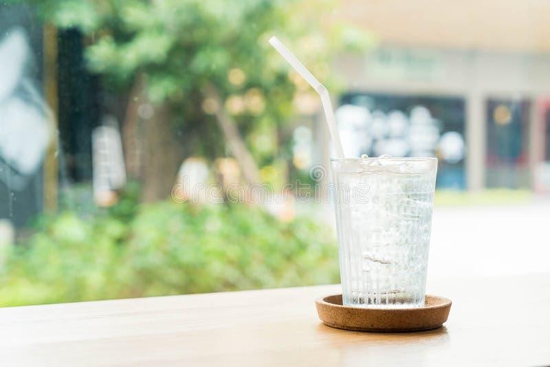 vidrio de agua helado fotos de archivo