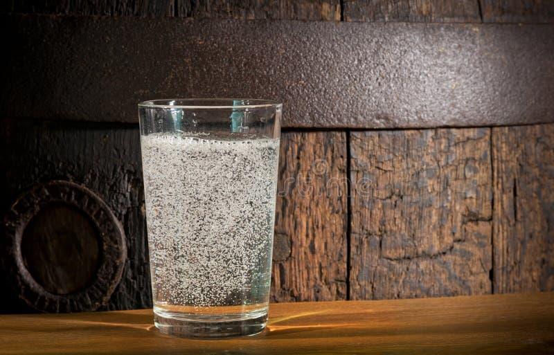 Vidrio de agua mineral fotografía de archivo