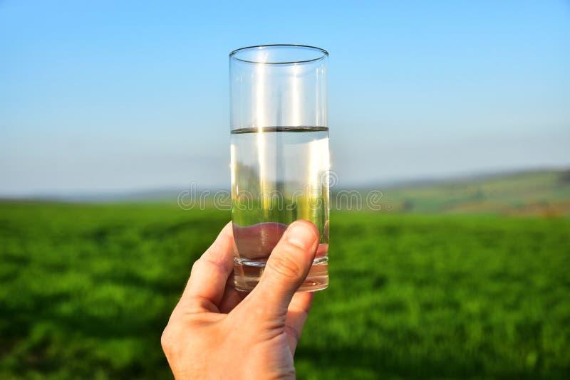 Vidrio de agua natural imagenes de archivo