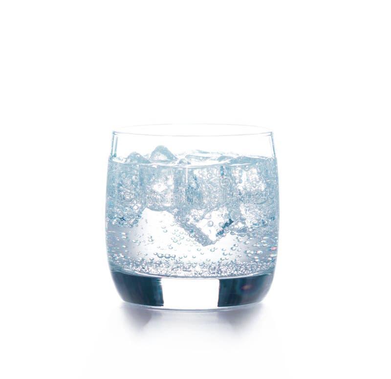 Vidrio de agua pura con los cubos de hielo fotografía de archivo