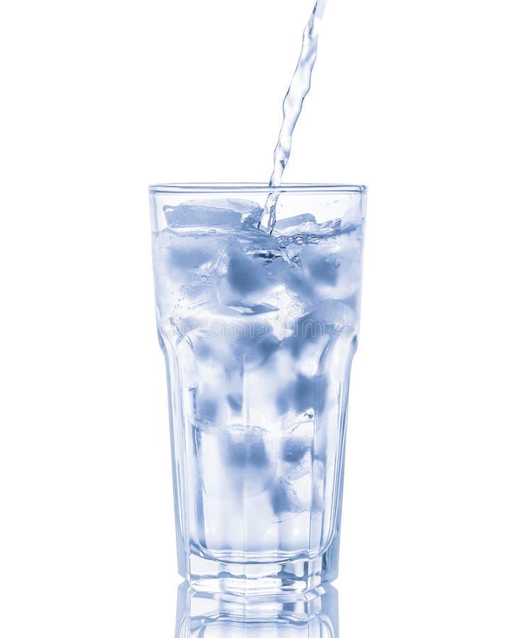 Vidrio de agua pura con los cubos de hielo Aislado en blanco imagen de archivo libre de regalías