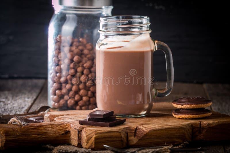 vidrio de batido de leche del chocolate para el desayuno fotografía de archivo libre de regalías